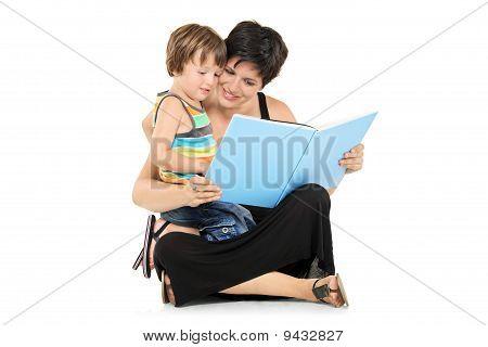 Mãe sorridente e menino lendo um livro juntos