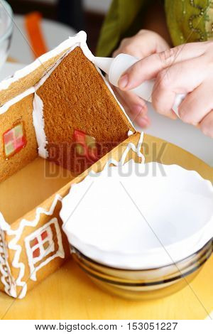 Making of christmas gingerbread house. Roof binding.