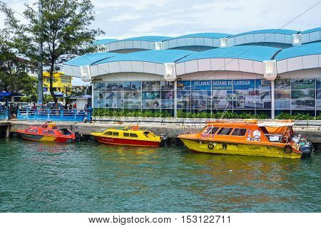 Labuan,Malaysia-Oct 2,2016:Taxi service speedboats Labuan island parking at Labuan terminal.The proposed construction of a bridge linking Labuan to Menumbok on mainland Sabah continues silent.People in Labuan island urgently need the bridge for better eco