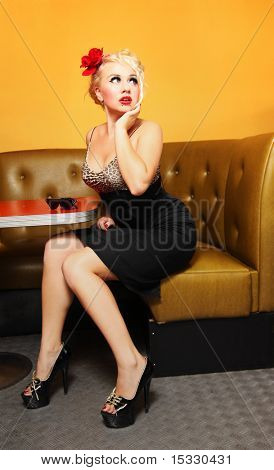 Pinup Girl in einem café