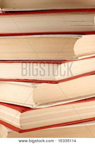 Pila de libros antiguos de rojos y blancos