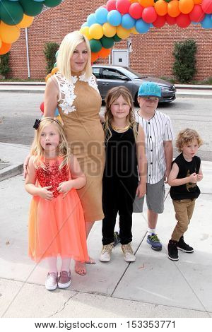 LOS ANGELES - OCT 23:  Tori Spelling, children at the Elizabeth Glaser Pediatric AIDS Foundation A Time For Heroes Event at Smashbox Studios on October 23, 2016 in Culver City, CA