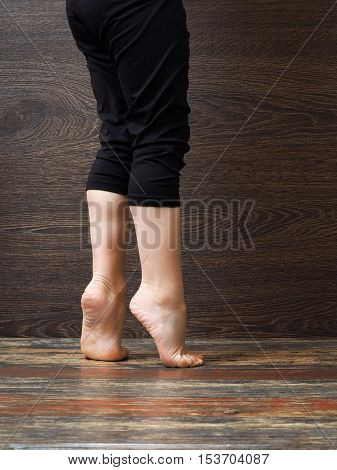 Feet on the floor of the child standing on tiptoe
