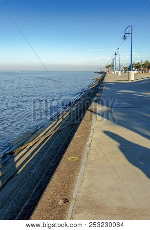 New Orleans, Usa - Nov 26, 2017: View Of The Iconic Lake Pontchartrain And Shoreline Pedestrian Walk