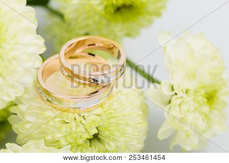 Two-tone Wedding Rings With Green Flowers. Rose Gold And Silver Rings With Bouquet