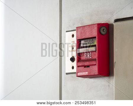 Push Button Switch, Fire Alarm On Grey Wall For Alarm And Security System With Fire Extinguisher Por