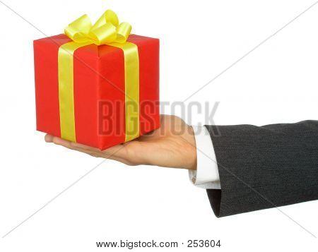 Mãos na empresário segurando o presente