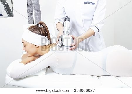 Relaxing The Body And Treating Back Pain With An Lpg Massage. Lpg Back Massage With A Bath Plan In A