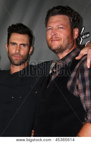 LOS ANGELES - MAY 8:  Adam Levine, Blake Shelton arrives at