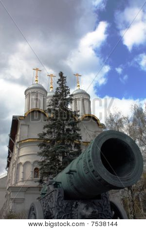 King Of Gun Against The Temple Of The Moscow Kremlin