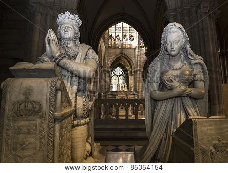 statue of queen Marie-Antoinette and king Louis XVI in  basilica of saint-denis
