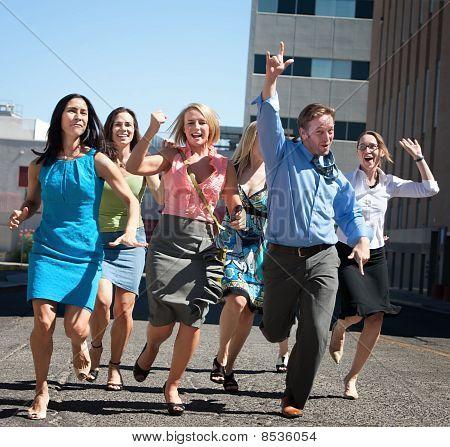 Pessoas elegantes, felizes, correndo na cidade.