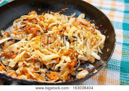 Spoon Into Pan Braised Cabbage With Carrots  Ложка в сковородке тушеной капусты с морковью