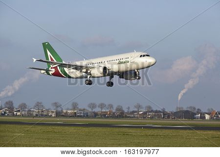 Amsterdam Airport Schiphol - Allitalia Airbus A319 Lands