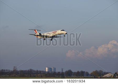Amsterdam Airport Schiphol - Hop Embraer 145 Lands