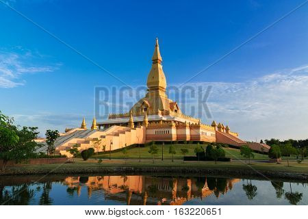 Chedi maha mongkol bua Landmarks of Roi et Thailand in the evening.