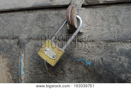 The old lock, the lock was locked, the rust is not open.