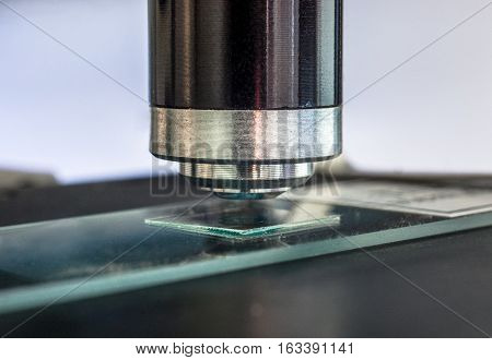 Microscope objective lens and slide close up