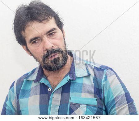 Hombre Blanco Con Barba, Camisa De Cuadros Azules, Pelo Negro, Expresiones Diversas