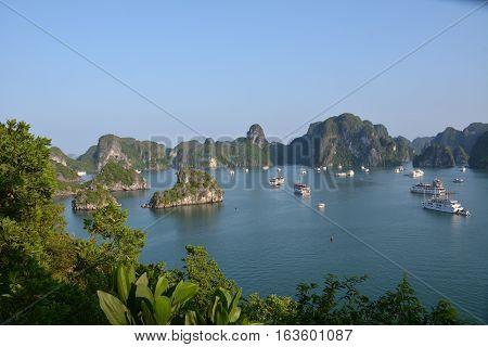 Crucero en barco por la bahia de Halong. ( Vietnam)