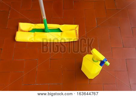 capture dust an wash the floor  /a tool for dusting the floors and the cleaner to wash it