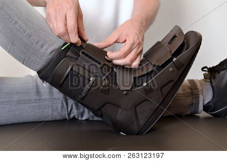 orthosis physiotherapist adjusting create gibs splint rails poster
