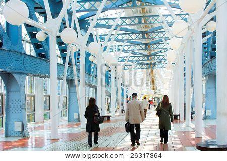 blau Korridor, Kugeln und Menschen zu Fuß