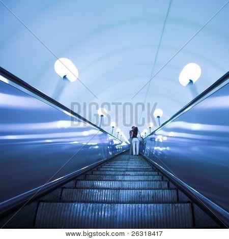 Rolltreppe in modernen u-Bahnstation verschieben