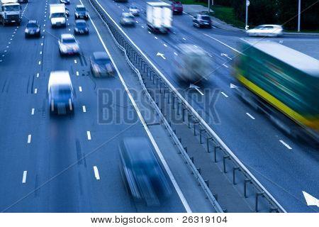 Atasco de tráfico con autos en la carretera
