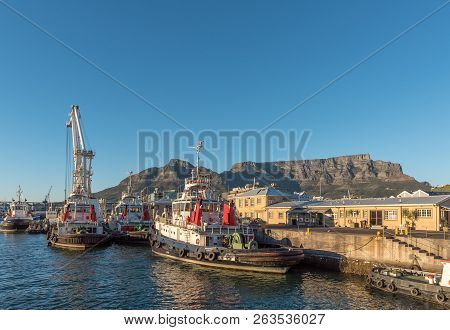 Cape Town, South Africa, August 9, 2018: Tugboats At The Harbor In Cape Town In The Western Cape Pro