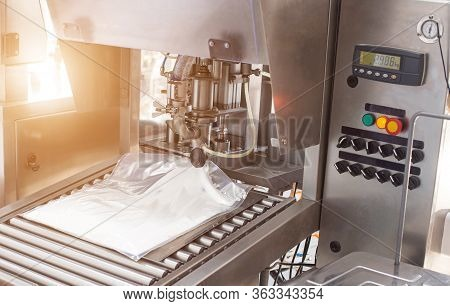 The Automatic Process Of Making Confectionery Food Cream For Adding To Cakes And Sweet Products, Des