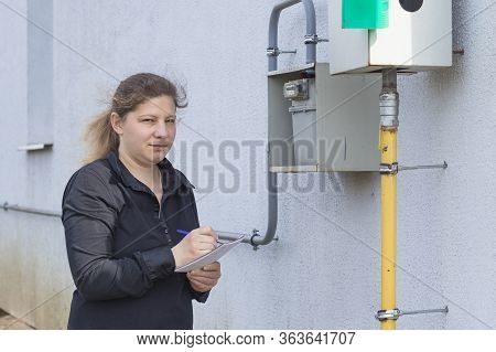 The Girl The Peasant Woman Will Check On The Wall And Write Down The Gas Meter In A Notebook. Analys