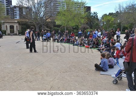 Valencia, Spain - March 27, 2011:jugglers And Street Magicians Show On The Esplanade Of The Garden O