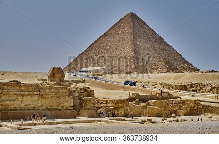 Giza Plateau, Cairo / Egypt - May 25, 2019: Tourists Visiting The Giza Plateau With The Great Sphinx