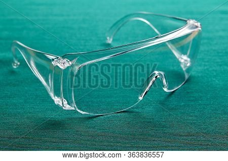 Protective Eyewear, Plastic Eye Protection Glasses For Medical Staff During The Covid-19 Pandemic.