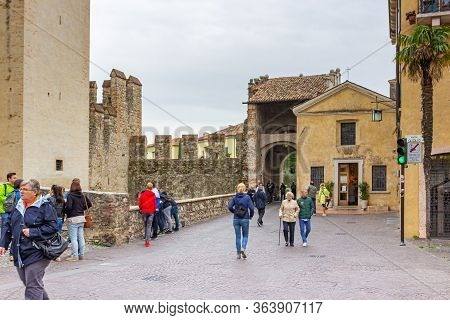Sirmione, Italy - October 01, 2015 : Numerous Tourists Walk Around The Courtyard Of The Castello Sca