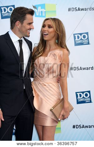 Los Angeles - AUG 19:  Bill Rancic, Giuliana Rancic arrives at the 2012 Do Something Awards at Barker Hanger on August 19, 2012 in Santa Monica, CA
