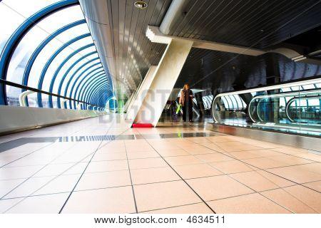 Menschen bewegen im Korridor