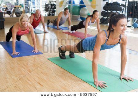 Lehrer unter Ausübung Klasse an der Gymnastik