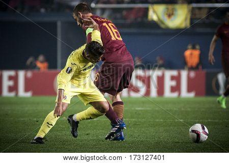 VILLARREAL, SPAIN - FEBRUARY 16: (L) Dos Santos (R) De Rossi during UEFA Europa League match between Villarreal CF and AS Roma at Ceramica Stadium on February 16, 2017 in Villarreal, Spain