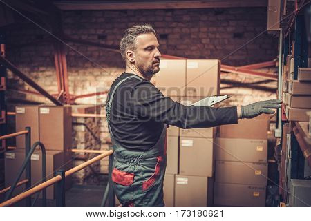 Storekeeper with manual pick list on a warehouse