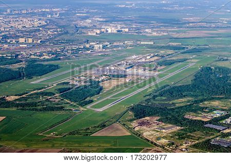 The airport and the city from a height of two runways, dominant during the flight