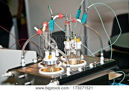 Universal reactor work station with a range of easily interchangeable vessels