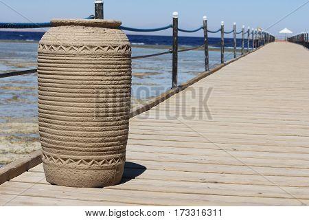 Пирс (от англ. piers, множественное число от «pier» -- столб, мол, пристань, причал) -- гидроте