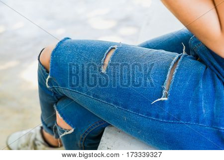 The girl wear the jean with soft light .