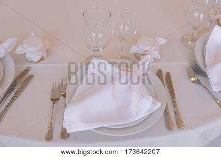The cute exemple of wedding table serve with white napkin and setting