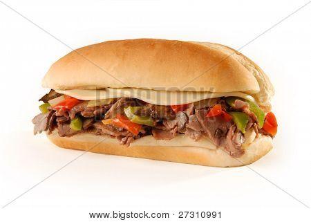 Philly Cheesesteak Sandwich auf weiß