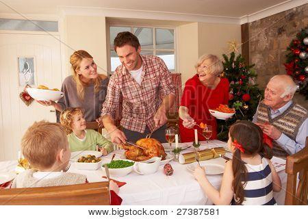 Familie servieren Weihnachtsessen