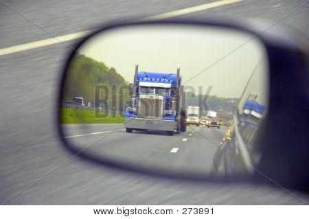Caminhão no espelho retrovisor