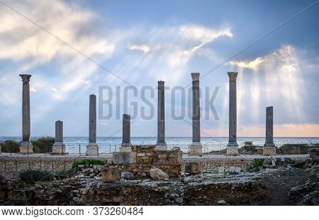 Aligned Columns Of A Ruined Ancient Roman Temple In Front Of The Mediterranean Sea, In Tyre-sour Rom